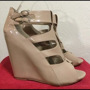 "Rouge 5"" Tan Patent Leather Sz 10M platform shoes"